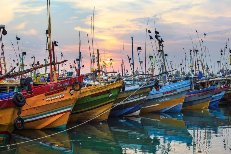 Mirissa,斯里兰卡- 2017年4月14日:五颜六色的小船在Mirissa p 免版税库存照片