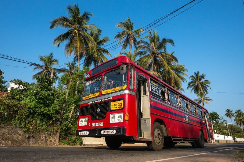 MIRISSA, SRI LANKA - 11 de janeiro de 2017: Ônibus público regular barras-ônibus imagens de stock