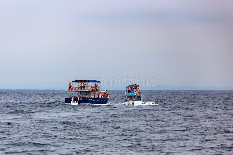 MIRISSA, SRI LANKA - 5 2013 GRUDZIEŃ: Łódź wielorybi dopatrywanie turyści w Mirissa, Sri Lanka obraz royalty free