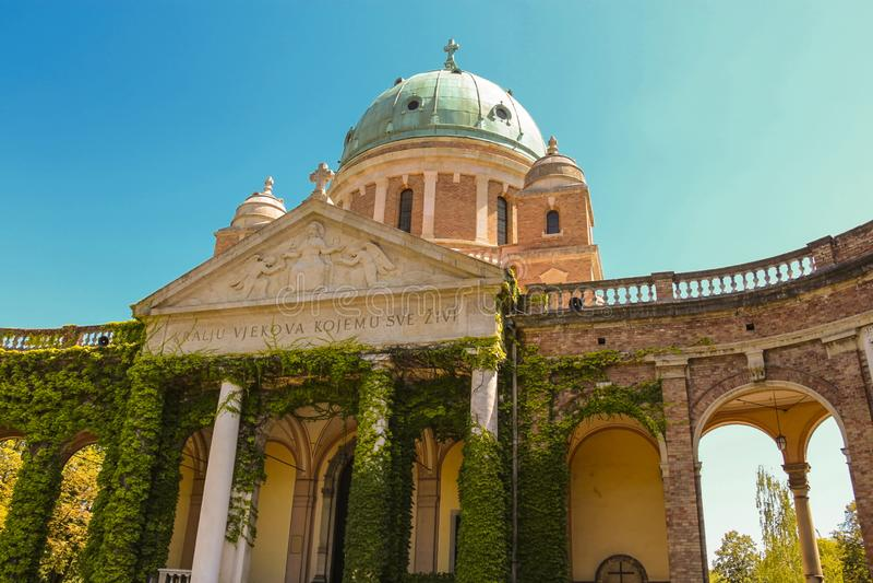 Mirogoj-Kirchhof - der Bau der Säulengänge, der Kuppeln und der Kirche im Eingang wurde angefangen stockbilder