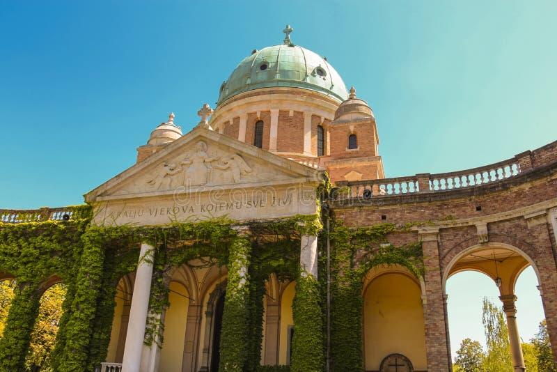 Mirogojbegraafplaats - de bouw van de arcades, de koepels, en de kerk in entryway was begonnen met stock afbeeldingen