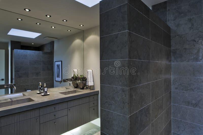 Miroir au dessus de lavabo dans la salle de bains image stock image 33895891 for Eclairage salle de bain au dessus miroir