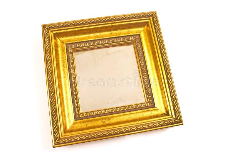 Miroir d'or avec le cadre baroque d'isolement sur le blanc image libre de droits