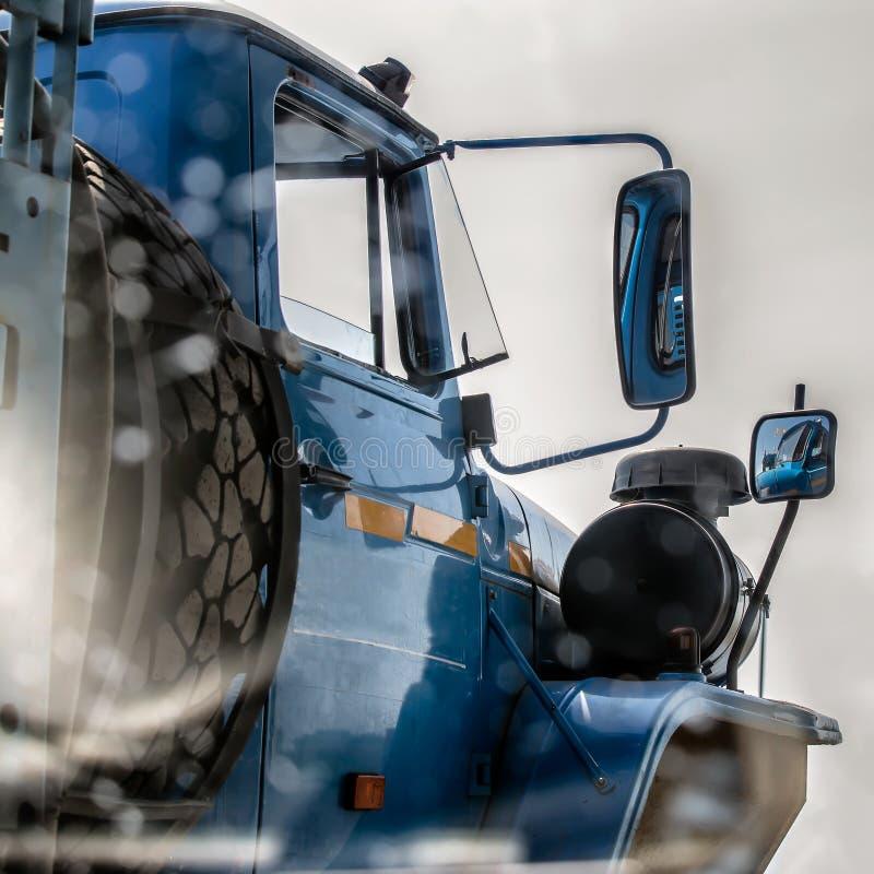 miroir de Côté-vue d'un camion photo stock