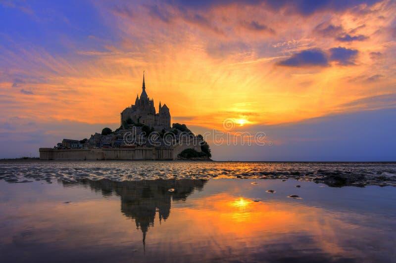 Miroir de coucher du soleil à le Mont Saint-Michel image stock