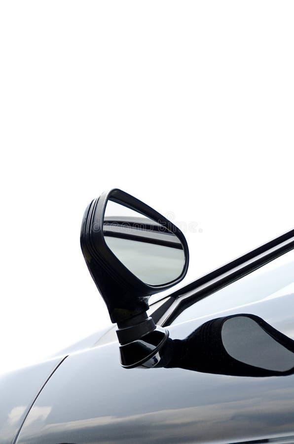 Miroir de vue arrière sur la voiture de sport bleue image libre de droits
