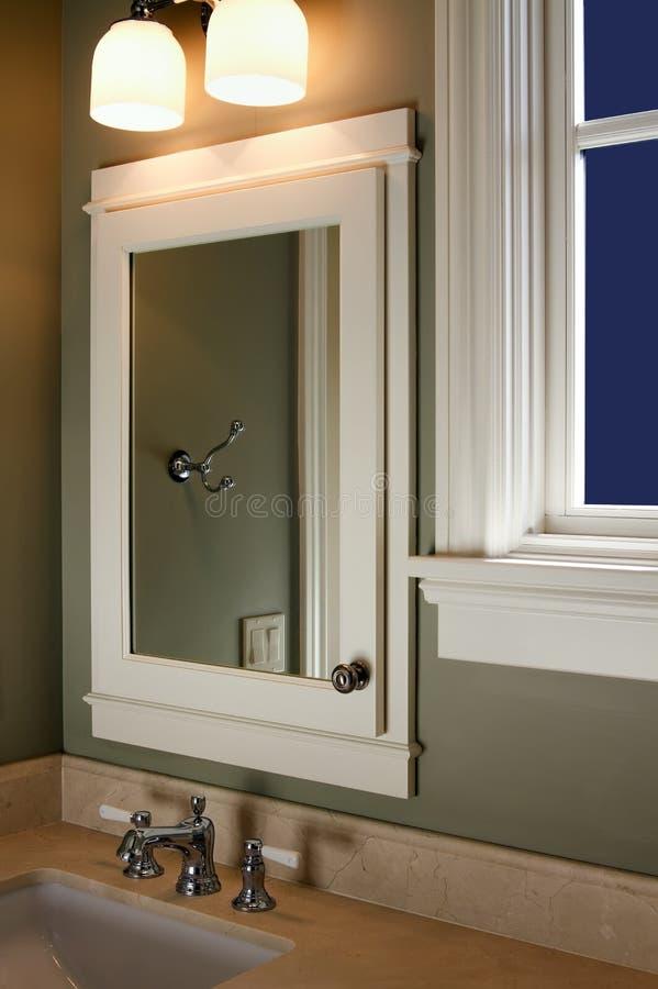 Miroir et bassin intérieurs à la maison de salle de bains photographie stock