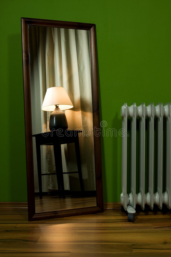 Miroir et radiateur dans la ROM verte photographie stock libre de droits