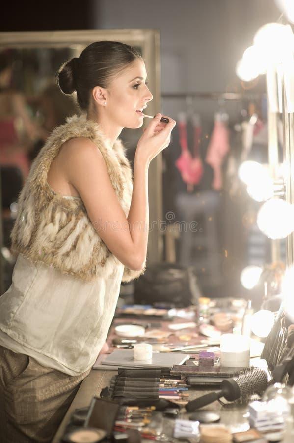 Miroir modèle de vestiaire d'Applying Lipgloss In images stock