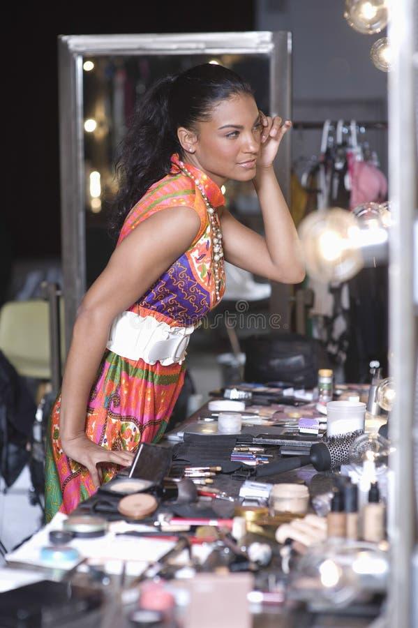 Miroir modèle de vestiaire d'Applying Makeup In image libre de droits