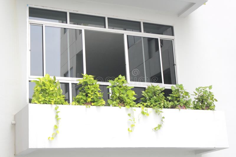 Miroir noir sur la maison de fenêtre image stock