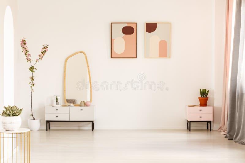Miroir sur le coffret et l'usine blancs dans l'interi lumineux de vestiaire photos stock
