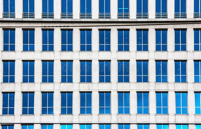 Mirrior de muitas janelas dos alugueres que constroem o tiro exterior foto de stock royalty free