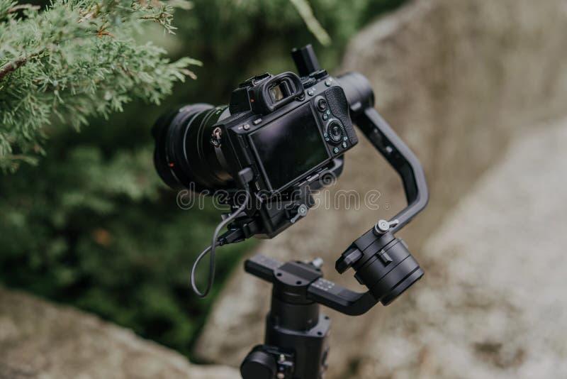 Mirrorles yrkesmässiga kameror med en gimbalkamerastabilisator royaltyfri bild