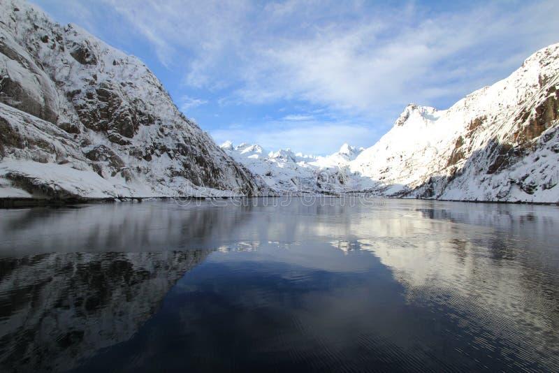 mirrors trollfjord royaltyfria bilder