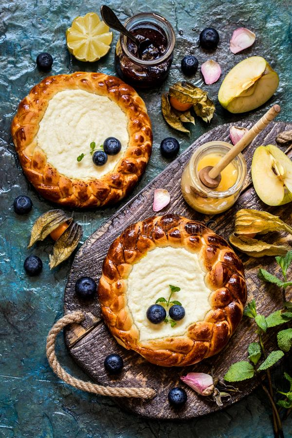 Mirtilli freschi delle bacche della torta c, frutta, con il materiale da otturazione della ricotta, torta di formaggio fotografia stock libera da diritti