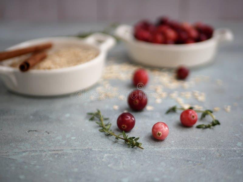 Mirtilli rossi ed ingredienti freschi della torta immagini stock