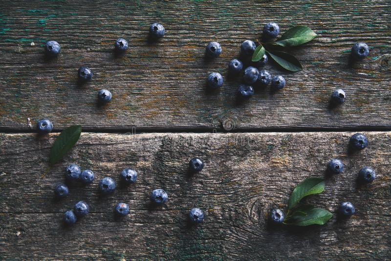 Mirtilli sulla vista superiore del fondo di legno d'annata, alimento sano sul modello scuro della tavola fotografia stock libera da diritti