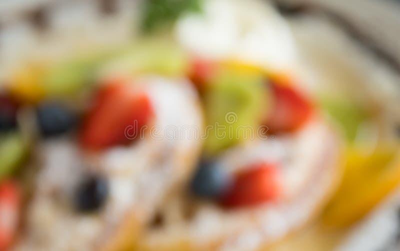 Mirtillo offuscante Kiwi Fruity Waffle Dessert Background della fragola di stile per progettazione 4 immagini stock