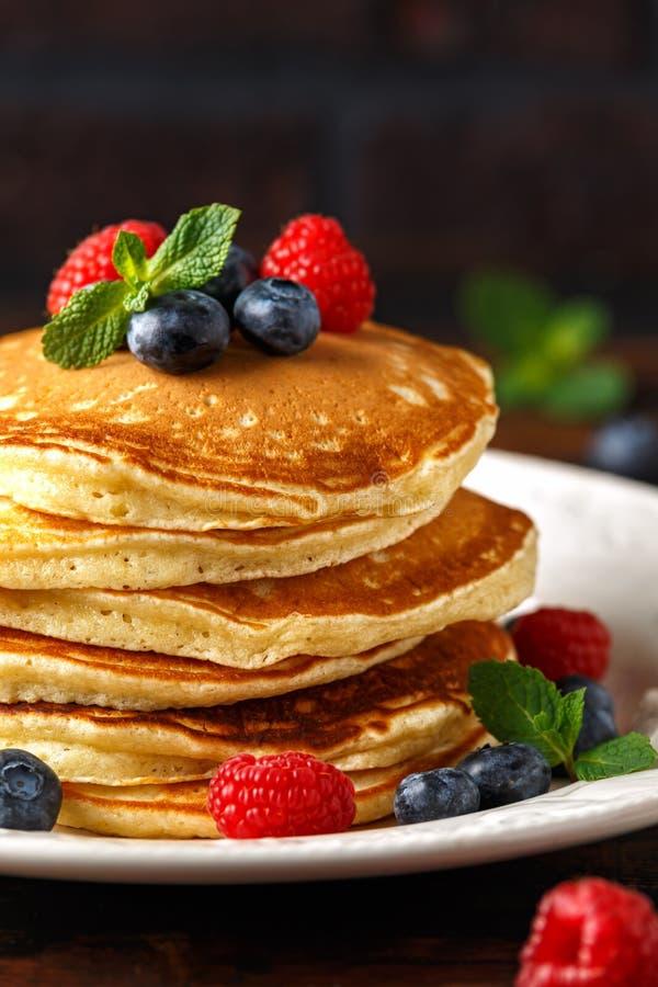 Mirtilo americano caseiro, panquecas das framboesas Estilo rústico do café da manhã saudável da manhã imagem de stock royalty free