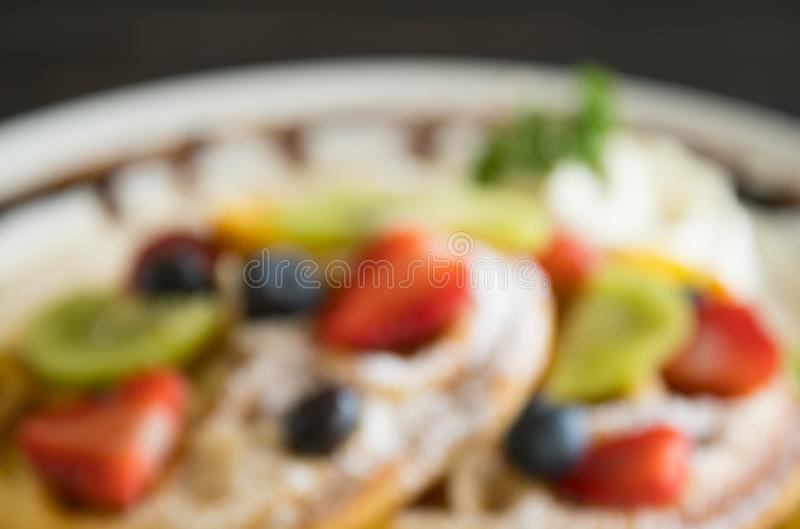 Mirtilo de borrão Kiwi Fruity Waffle Dessert Background da morango do estilo para o projeto foto de stock