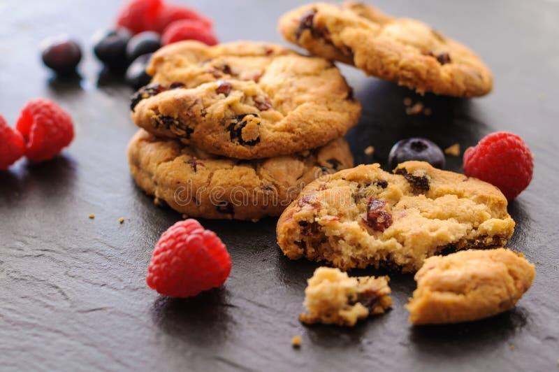 Mirtilos das framboesas das cookies fotografia de stock