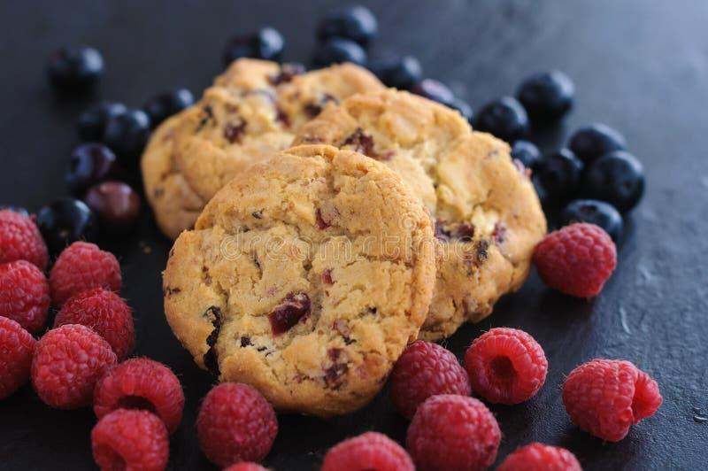 Mirtilos das framboesas das cookies imagens de stock