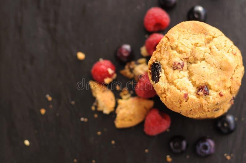 Mirtilos das framboesas das cookies foto de stock
