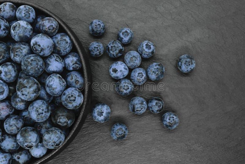 Mirtilos no fundo de pedra preto foto de stock