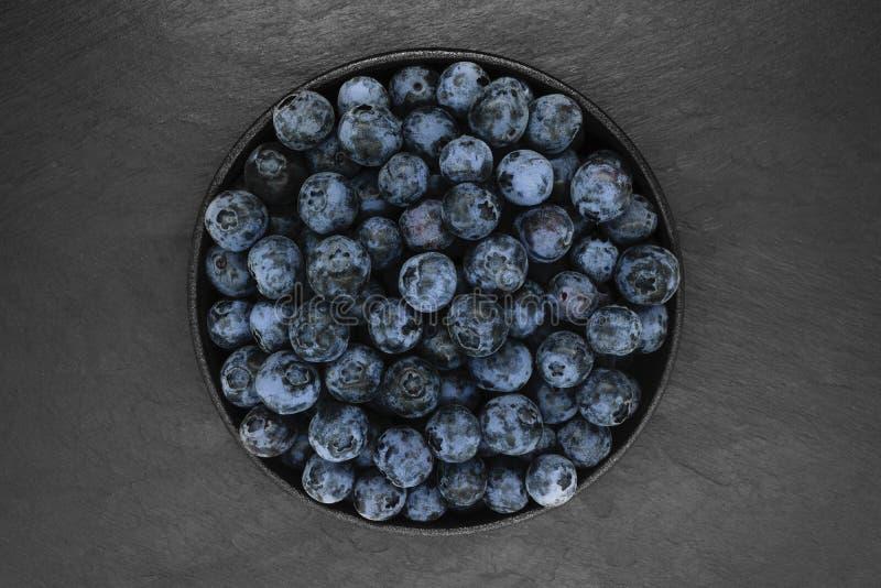 Mirtilos no fundo de pedra preto imagens de stock