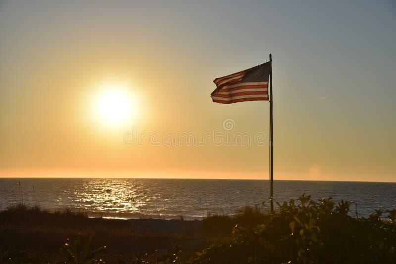 Mirtu oceanu flaga amerykańskiej zmierzchu plażowy wschód słońca obraz royalty free
