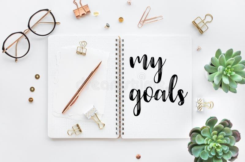 Mis conceptos de la meta con el texto en la libreta con los accesorios en el fondo blanco de la tabla del escritorio imágenes de archivo libres de regalías