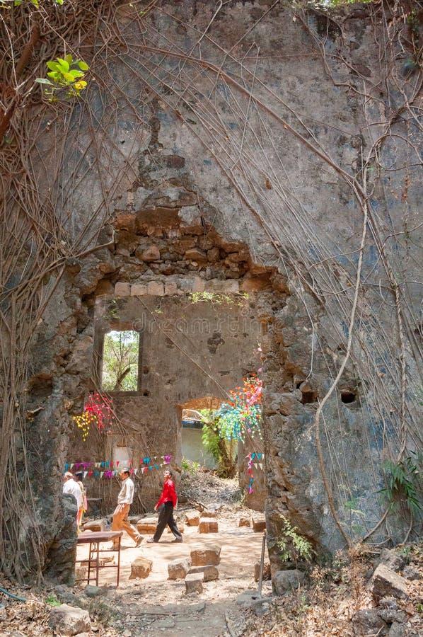 Misa en las ruinas de St John la iglesia baptista, Bombay imagenes de archivo