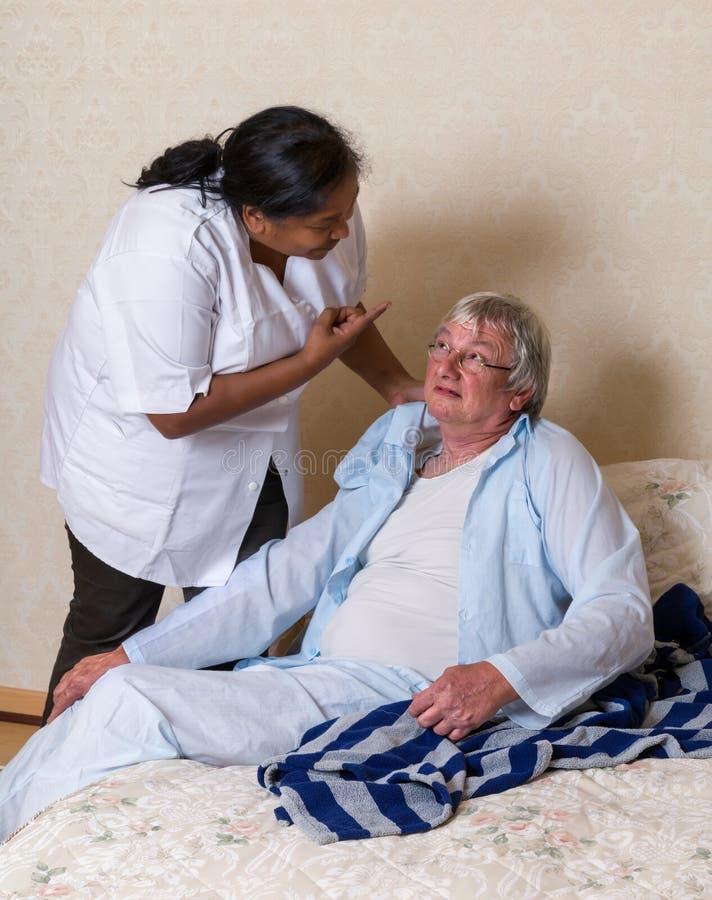 Misbruikende bejaarden stock afbeelding