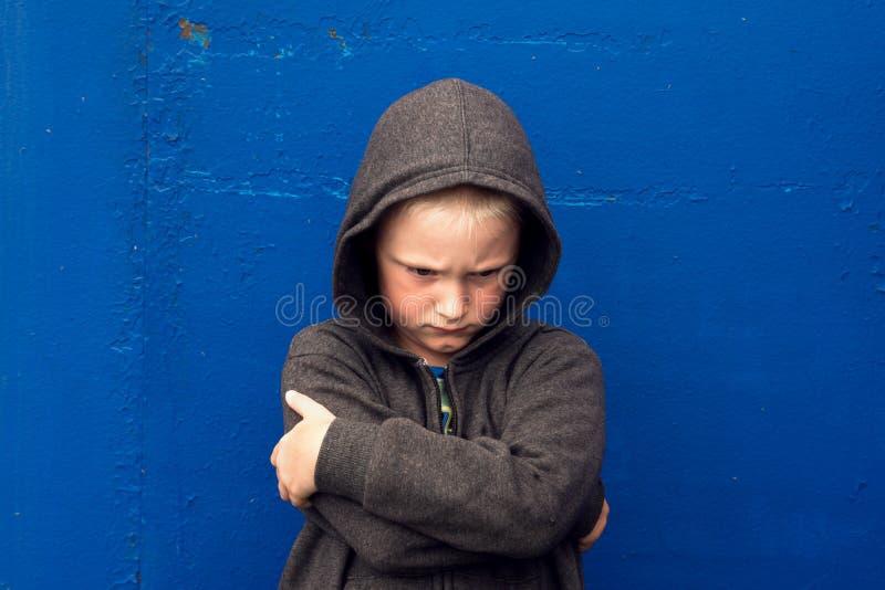 Misbruikte agressieve jongen stock afbeelding