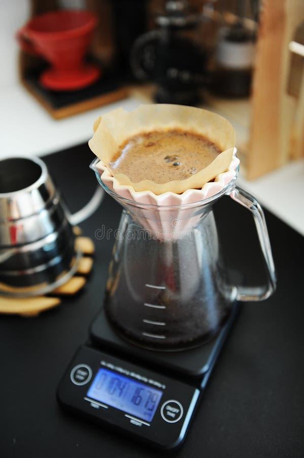 Miscela alternativa del caffè nero del filtrante con il dispositivo di gocciolamento rosa di origami Scala elettronica del tempor immagine stock libera da diritti