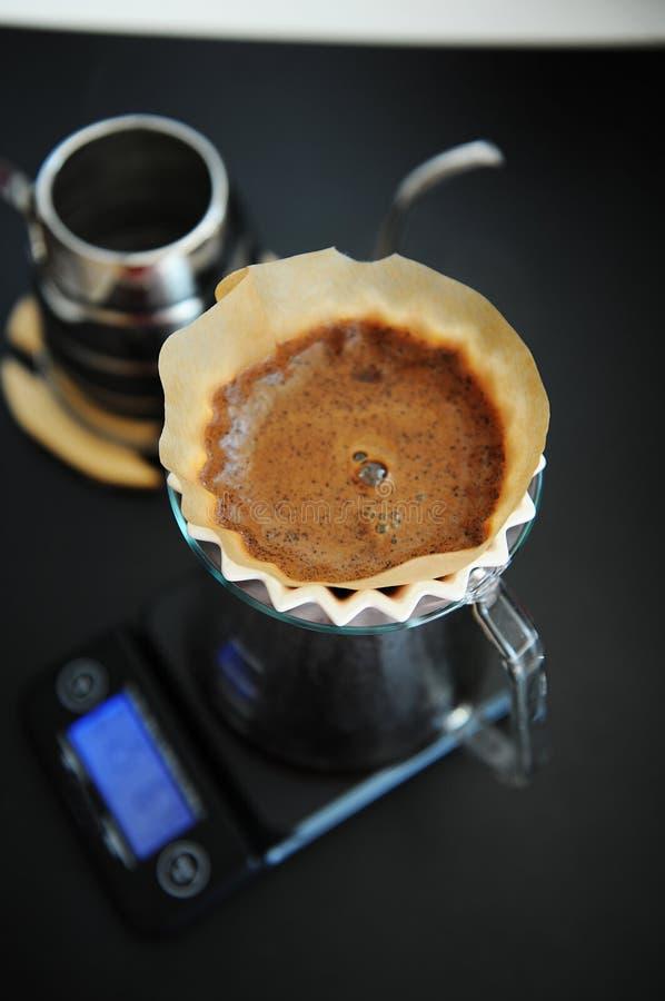 Miscela alternativa del caff? nero del filtrante con il dispositivo di gocciolamento rosa di origami Scala elettronica del tempor fotografia stock libera da diritti