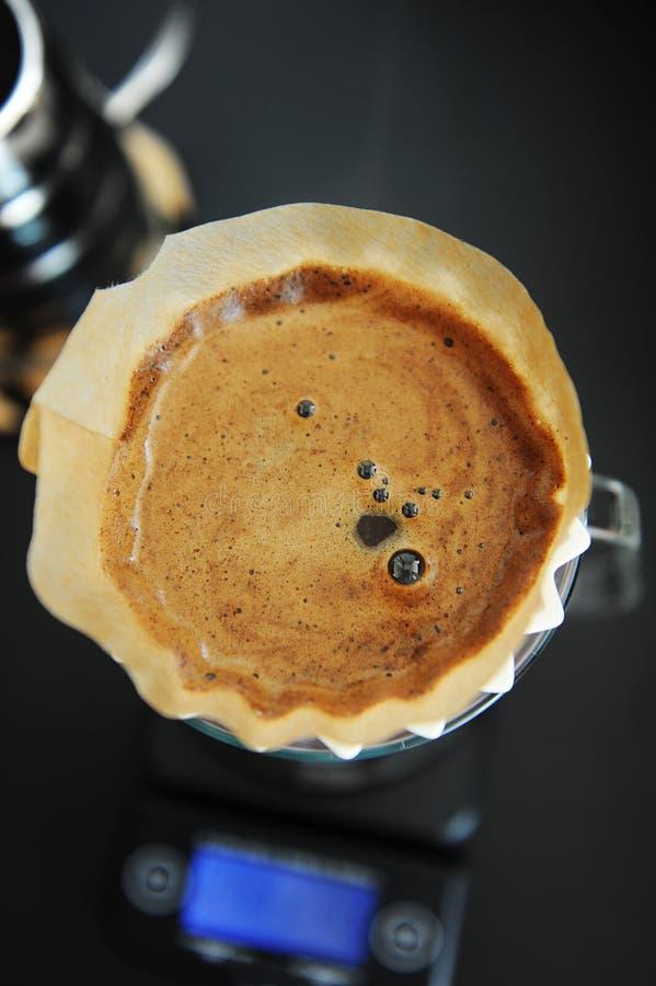 Miscela alternativa del caff? nero del filtrante con il dispositivo di gocciolamento rosa di origami Scala elettronica del tempor immagini stock