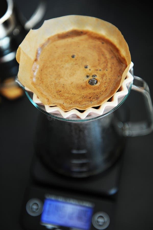 Miscela alternativa del caff? nero del filtrante con il dispositivo di gocciolamento rosa di origami Scala elettronica del tempor fotografia stock