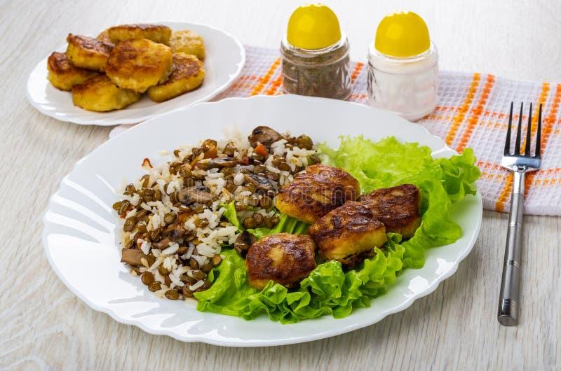 Miscela cucinata dai funghi, lenticchie, riso con le pepite, sale, vigore fotografia stock libera da diritti