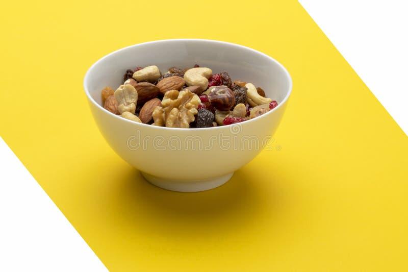 Miscela dei frutti e dei dadi secchi in una ciotola fotografia stock libera da diritti
