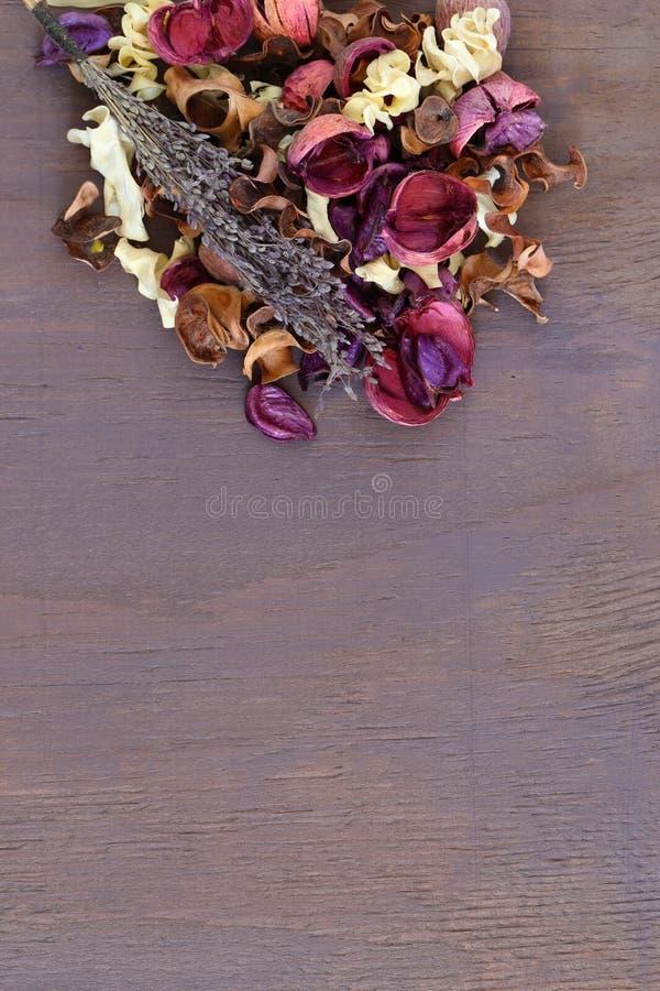 Miscela dei potpourri con lavanda su un fondo di legno porpora fotografia stock