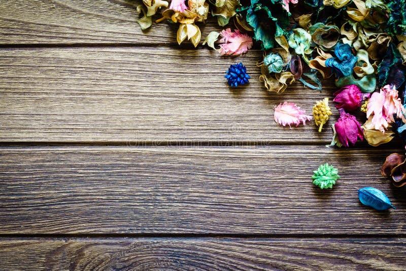 Miscela dei potpourri di aromaterapia dei fiori aromatici secchi su fondo di legno immagine stock libera da diritti