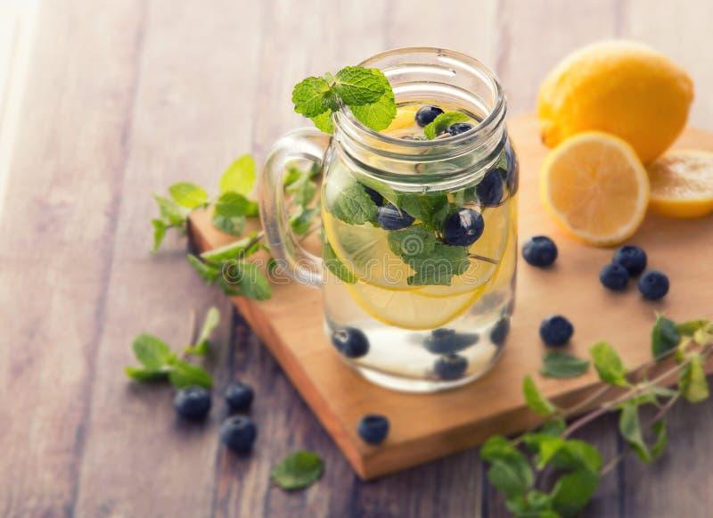 Miscela dell'acqua infusa Flavored della frutta fresca del mirtillo, del limone e della m. immagini stock