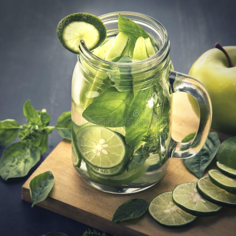 Miscela dell'acqua infusa Flavored della frutta fresca di Apple, di calce e di basilico immagini stock