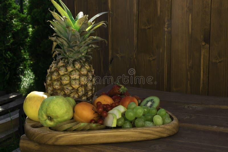 Miscela della frutta fresca sulla tavola di legno scura fotografia stock libera da diritti