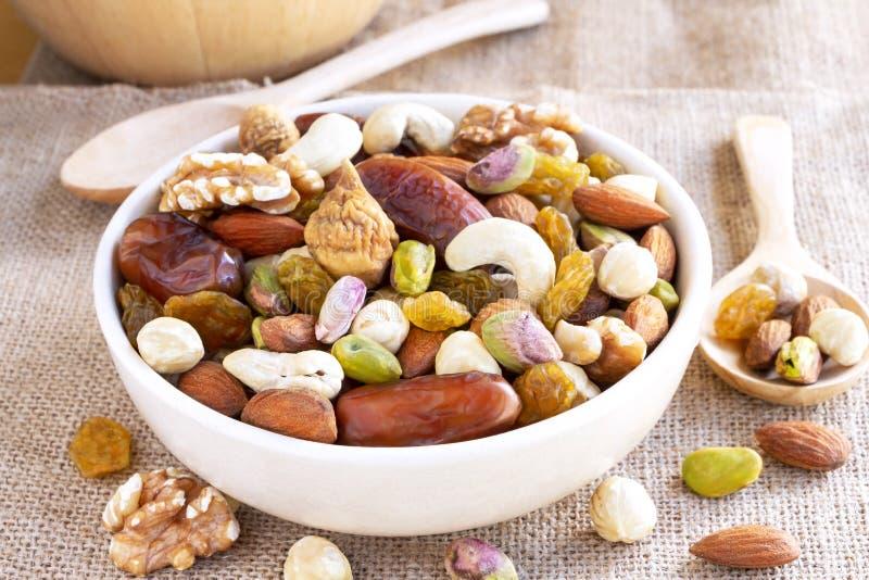 Miscela di frutti e varietà secche di dadi in una ciotola fatta di ceramico fotografie stock