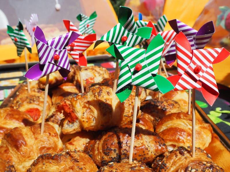 Miscela di piccole brioche degli aperitivi deliziosi fatte della pasta sfoglia immagine stock libera da diritti