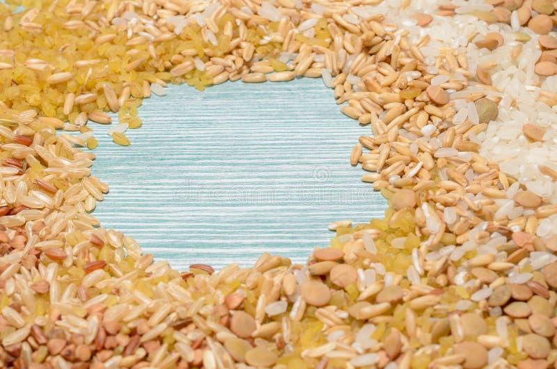 Miscela di vari tipi di cereali e di grani con spazio per testo immagine stock libera da diritti