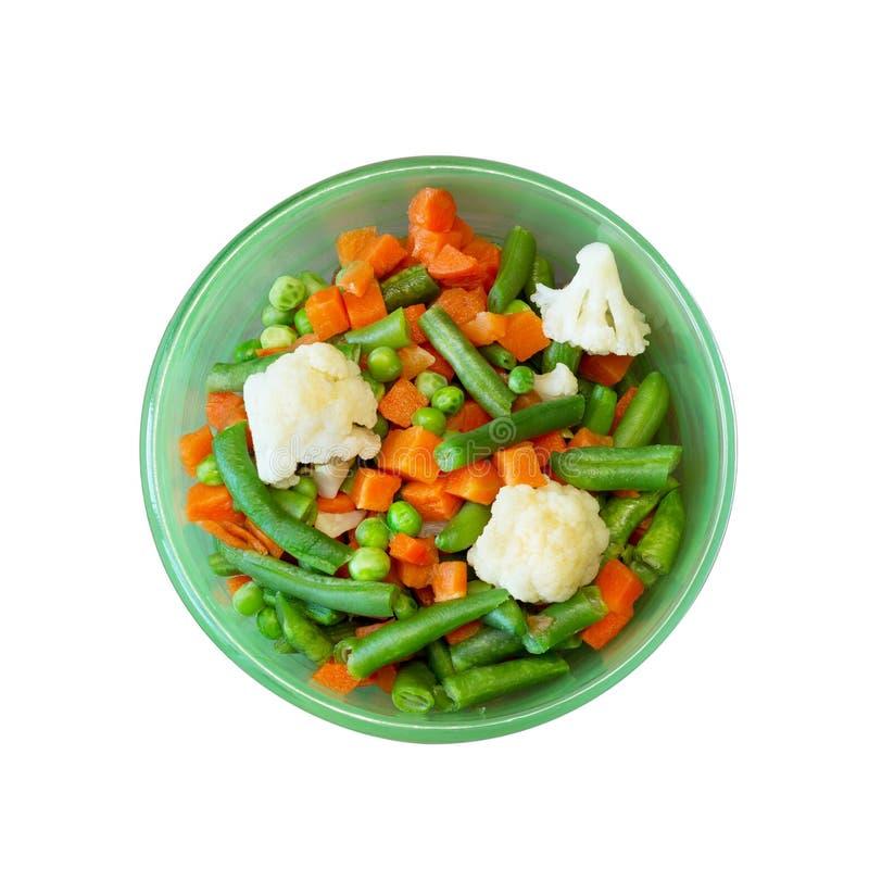 Miscela di verdure delle carote, dei piselli, dei fagiolini e del cavolfiore in piatto verde, vista del primo piano da sopra isol fotografia stock libera da diritti